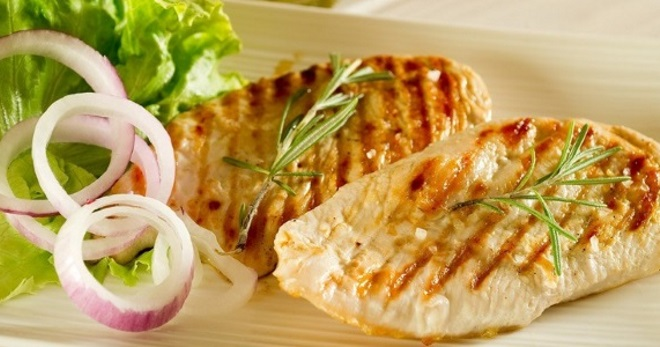 Куриное филе на сковороде в сметанном или томатном соусе — рецепты с сыром и грибами