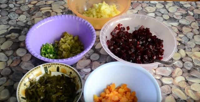 Рецепты очень вкусного классического винегрета с квашеной капустой, солёными огурцами и зелёным горошком