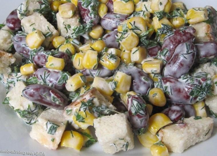 Салат с сухариками. Пробуем 6 очень вкусных рецептов